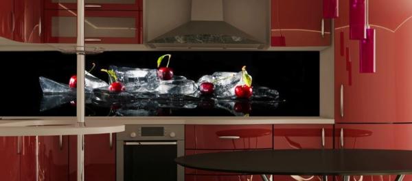 glaswand-in-einer-schönen-küche- foto von kirschen