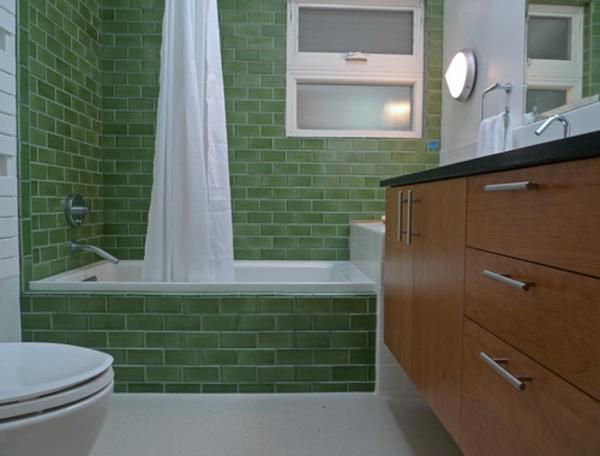grüne-badewanne-einfliesen-vorhänge in weiß