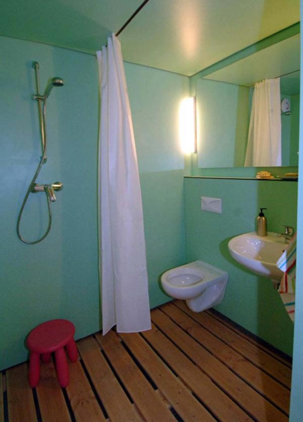 Minibad-im-Grün-mit-Holzboden