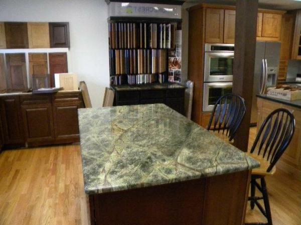 grüner -marmor-für-einen-tisch-schwarze stühle daneben