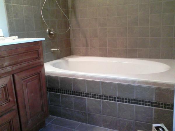 graue-badewanne-vekleiden- kleines badezimmer ausstatten