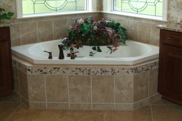 große-badewanne-einfliesen- in der ecke des badezimmers