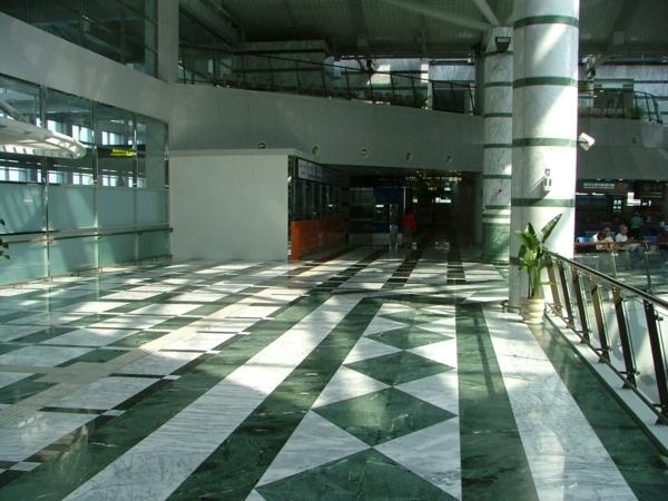 große-halle-grüner-marmor-elegant erscheinen