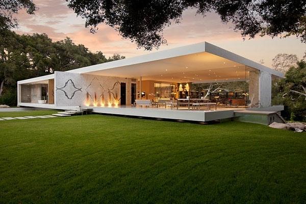 großes-modernes-glashaus- mit weißer fassade