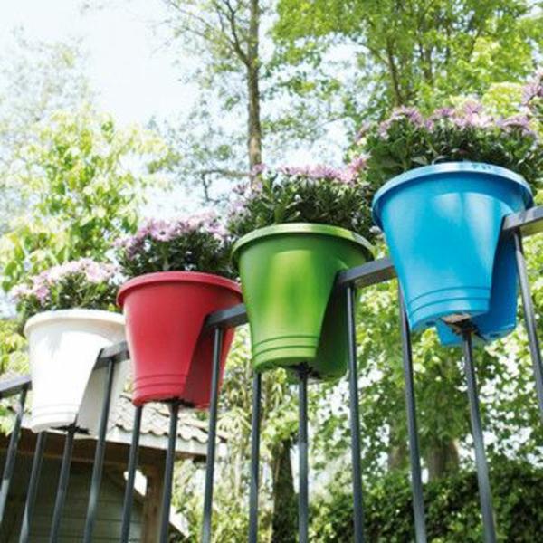 hängende-balkonpflanzen-bunte-becher