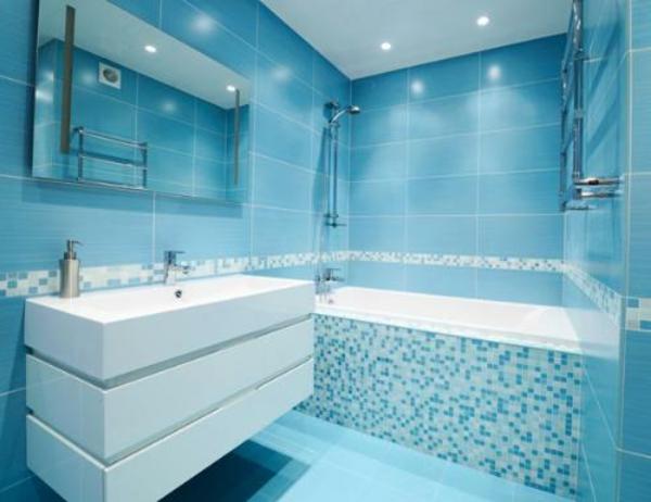 Helles Badezimmer Blaue Bodenfliesen