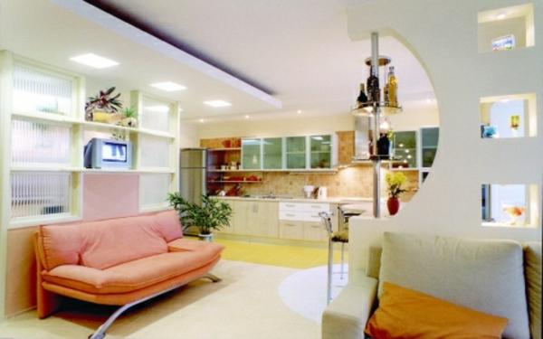 helles-wohnzimmer-gestalten-sofa in pfirsich farbe