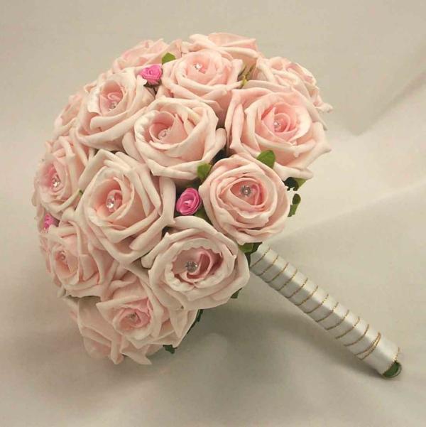 schöne-hellrosa-farbe-rosen-im-strauß