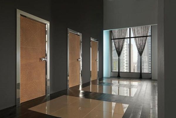hochwertige-innentüre-super-cool-wirken- neben einer gläsernen wand mit schwarzen durchsichtigen gardinen