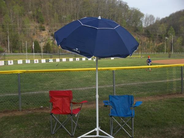 hochwertige-sonnenschirme-blaue-farbe- neben einem Fußballfeld