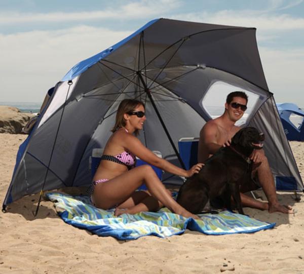 hochwertige-sonnenschirme-darunter-sind-ein-mann-un-eine-frau- am strand