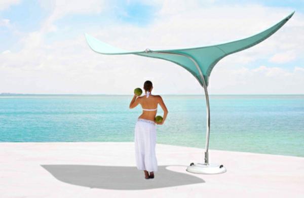 hochwertige-sonnenschirme-extravagante-form- eine hübsche frau darunter