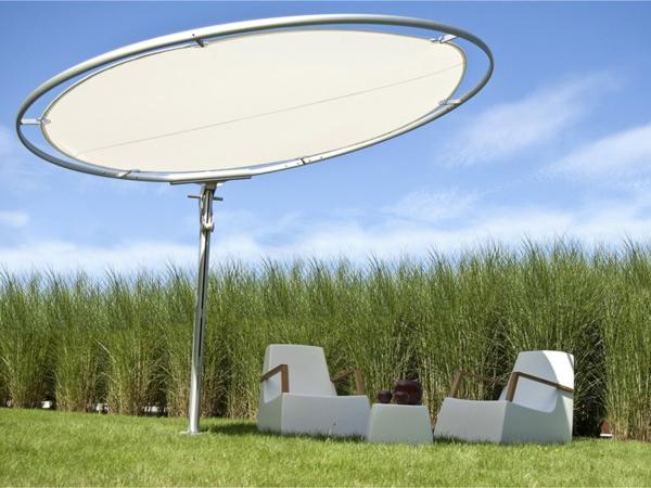 hochwertige-sonnenschirme-rund-und-weiß- zwei weiße sessel darunter