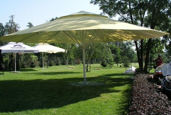 hochwertige Sonnenschrime - ein Modell in gelber Farbe- auf dem grünen Gras