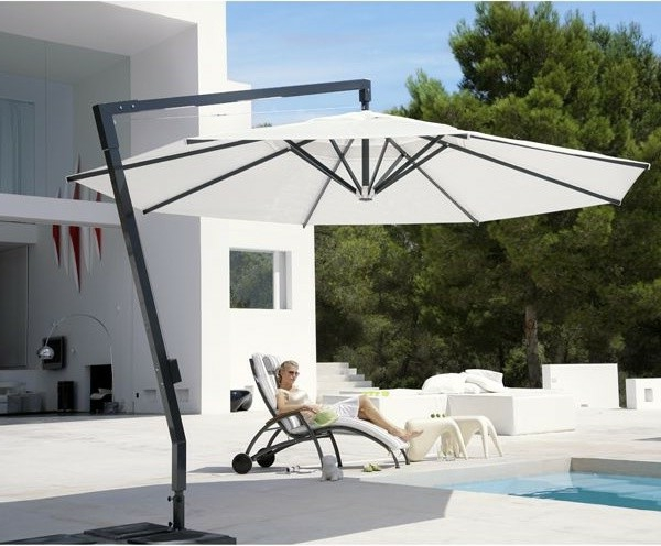 hochwertige-sonnenschirme-weiße-farbe-modernes-design- haus mit weißer fassade
