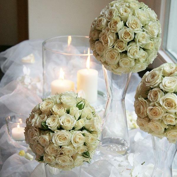 hochzeit-rosenkugeln-schöne-dekorieren-kerzen