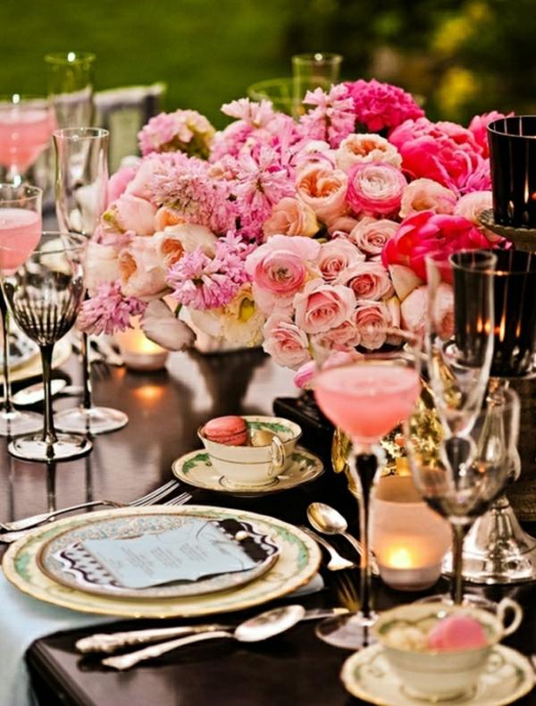 hochzeit-schmuck-am-tisch-rosa-rosen
