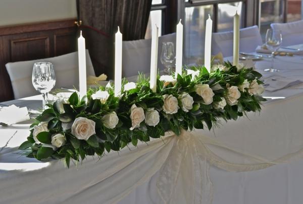 hochzeit-tischgestecke-gestalten-schönes-design-weiße-rosen