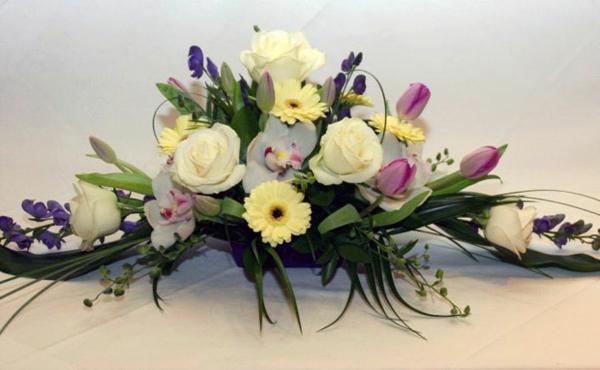 zarte-hochzeitsblumen-tischgestecke-für-hochzeit-traditionell