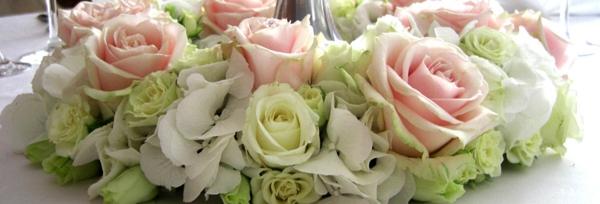 romantische-hochzeitsdekoration-weiße-rosa-rosen-pastellfarben