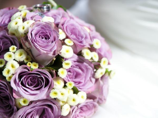 hochzeitsstrauss-lila-rosen-biedermeierstrauss-romantisch