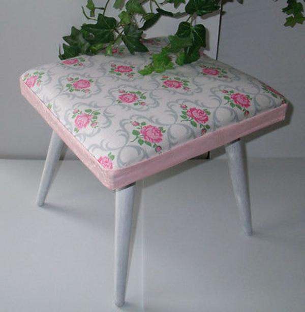 hocker-im-landhausstil-sehr-zärtliches-modell- in rosigen farbtönungen