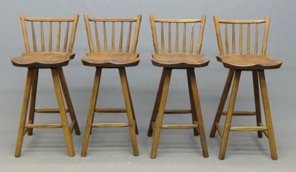 hocker-im-landhausstil-vier-stühle- an grauem hintergrund