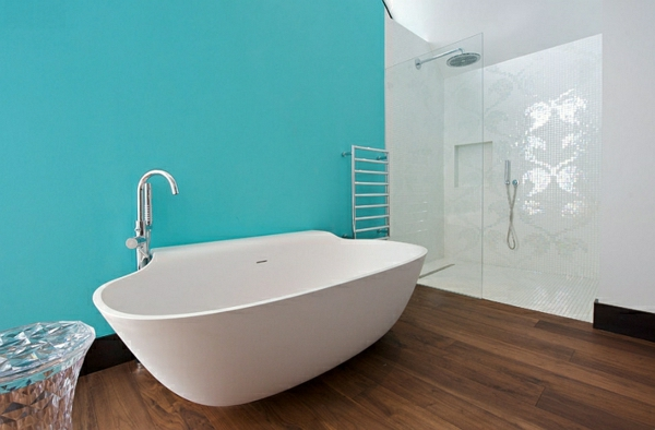 Innendesign Blau Und Weiß Badezimmer Freistehende Badewanne Holzboden  Wandfarbe ...