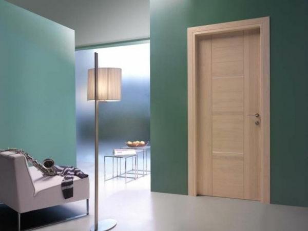 innentüren-aus-holz-super-schöne-ausstattung- eine stehende lampe daneben