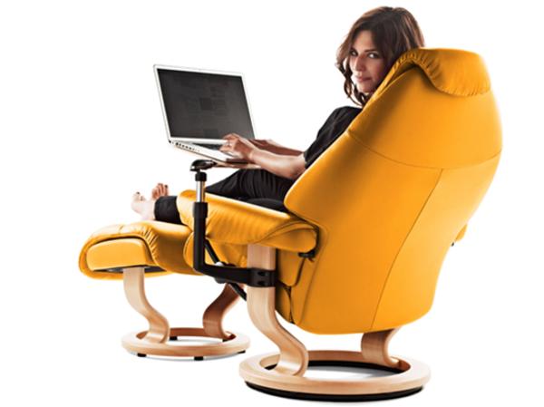 interessante-farbe-für-stressless bürostuhl-eine frau sitzt darauf