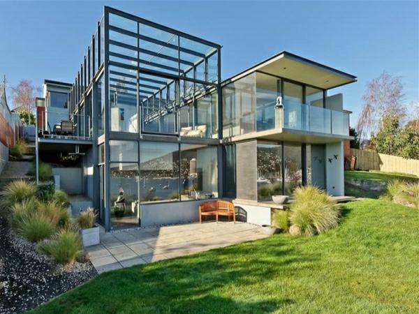 interessante-idee-für-ein-modernes-glashaus-umgeben von grünen flächen