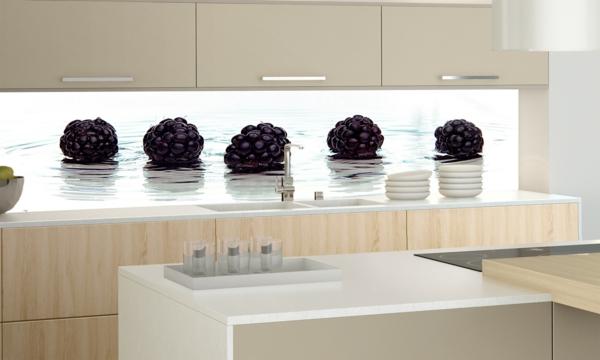 interessante-küchenrückwand-aus-glas- foto von fünf maulbeeren