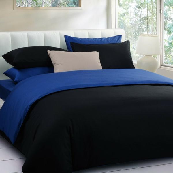 interessante-schwarze-bettwäsche-mit-blauen-elementen- neben dem fenster