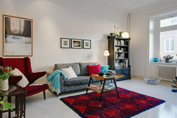 interessanter-vintage-teppich-im-wohnzimmer-mit bildern an der wand
