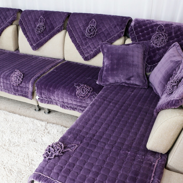 interessantes-sofa-design-mit-sofakissen-in-lila- weißer teppich daneben