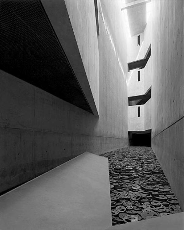 judisches-museum in berlin- graue wände- moderne innenarchitektur