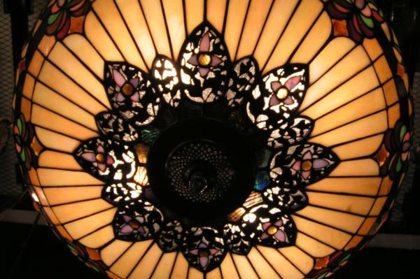 originelles design einer jugendstil - lampe - bunte farben