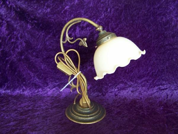 jugendstil-lampe-lila-hintergrund- elegante gestaltung
