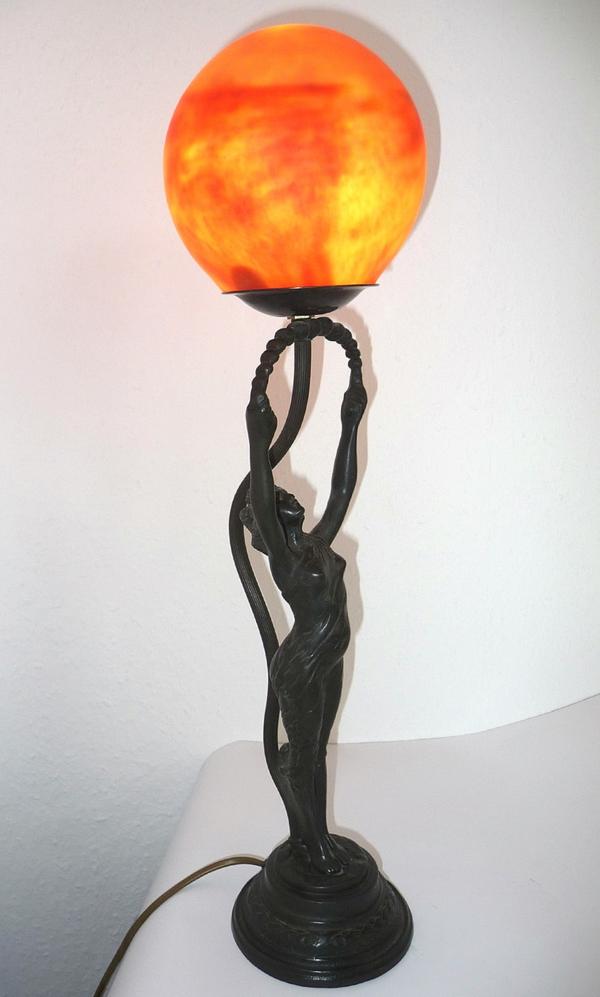 jugendstil-lampe-orange-farbe- und weißer hintergrund