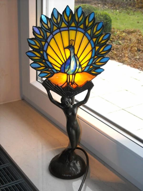 jugendstil-lampe-pfau-forme- neben dem fenster