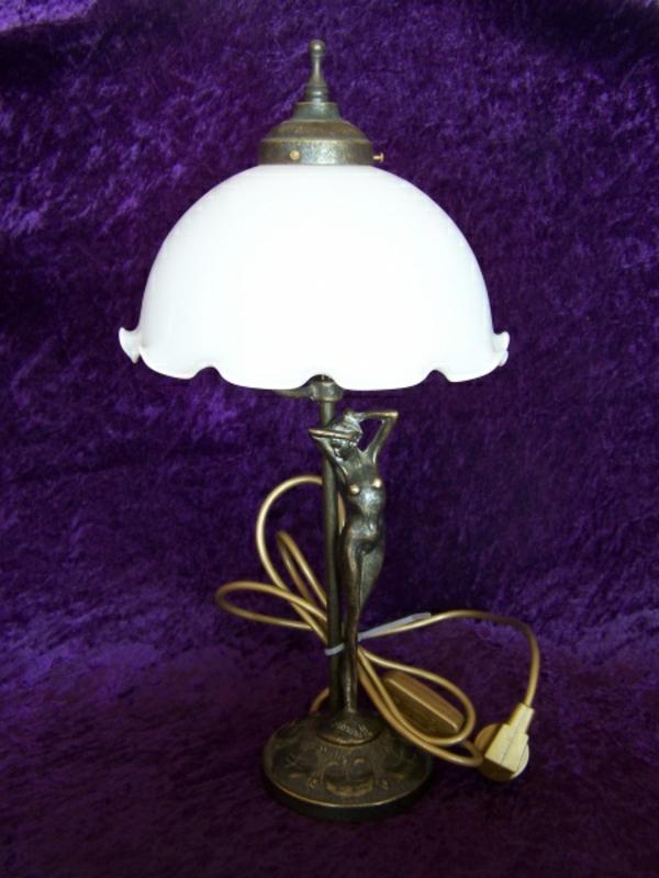 jugendstil-lampe-weiße-lampe-und-hintergrund-in-lila- super wirkend