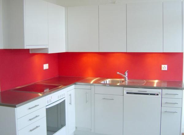 küche-in-rot-und-weiß-küchenrückwand-aus-glas- weiße schränke