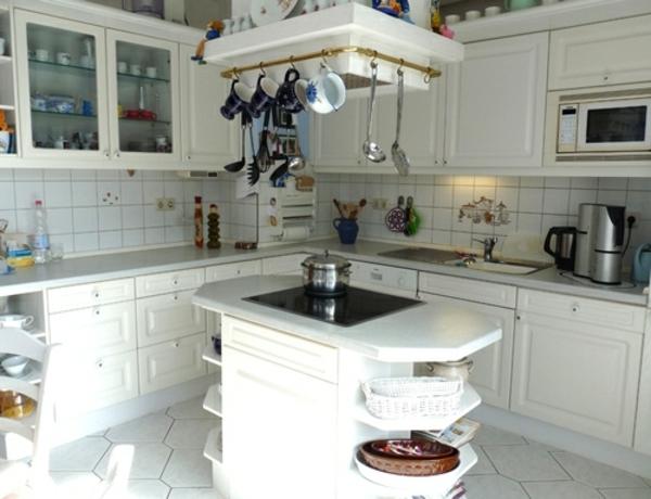 küche-mit-kleinem-insel-und-vielen-weißen-schränken-und-regalen
