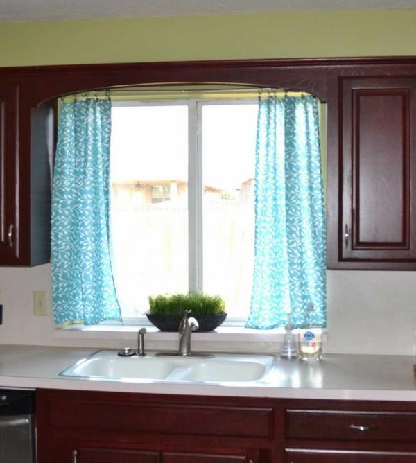 küche-mit-modernen-gardinen-in-blau- schönes fesnter