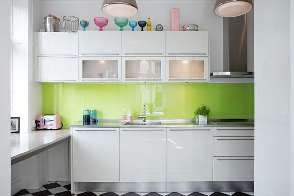 küchenlösungen-für-kleine-küchen-glänzende-oberflächen-weiß