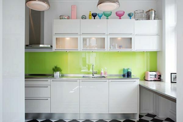 küchenlösungen-für-kleine-küchen-glänzende-oberflächen