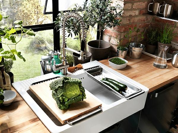 küchenlösungen-für-kleine-küchen-spüle-benutzen