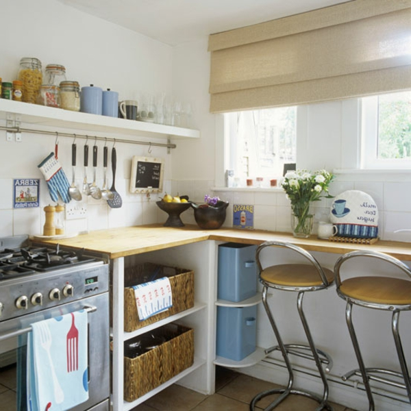 küchenlösungen-für-kleine-küchen-weiße-regale-mit-gläser