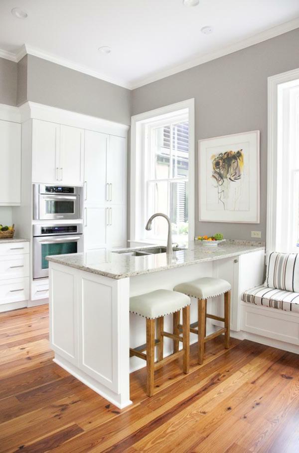 küchenlösungen-kleine-küche-in-weiß-und-grau-und-holzboden