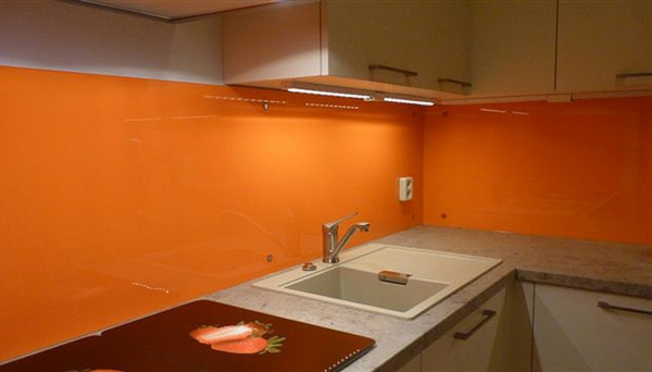 küchenrückwand-aus-glas-orange-farbe- ein waschbecken in der ecke